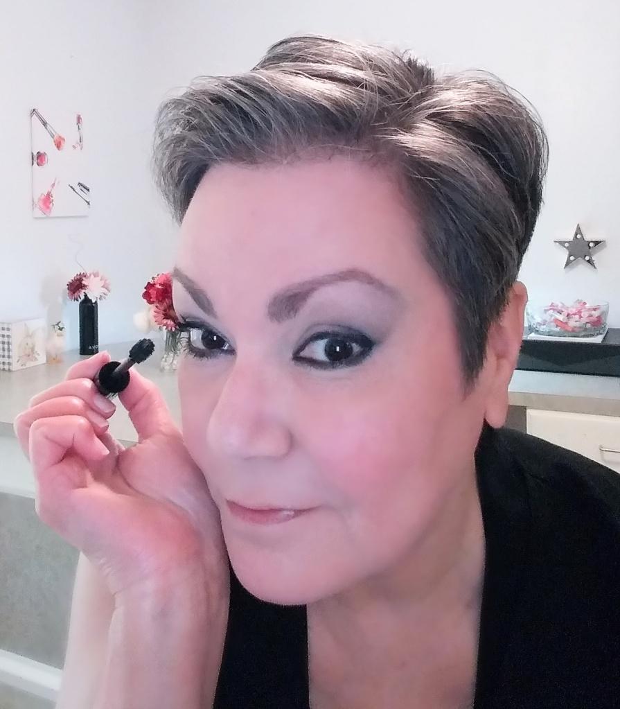 Applying mascara. #grwm